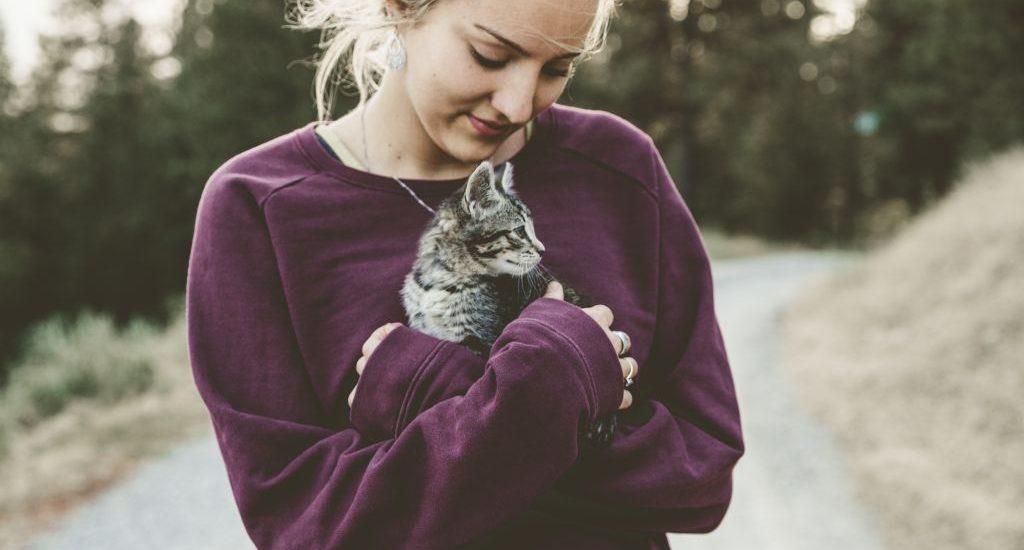 femme qui tient un chat assurance santé